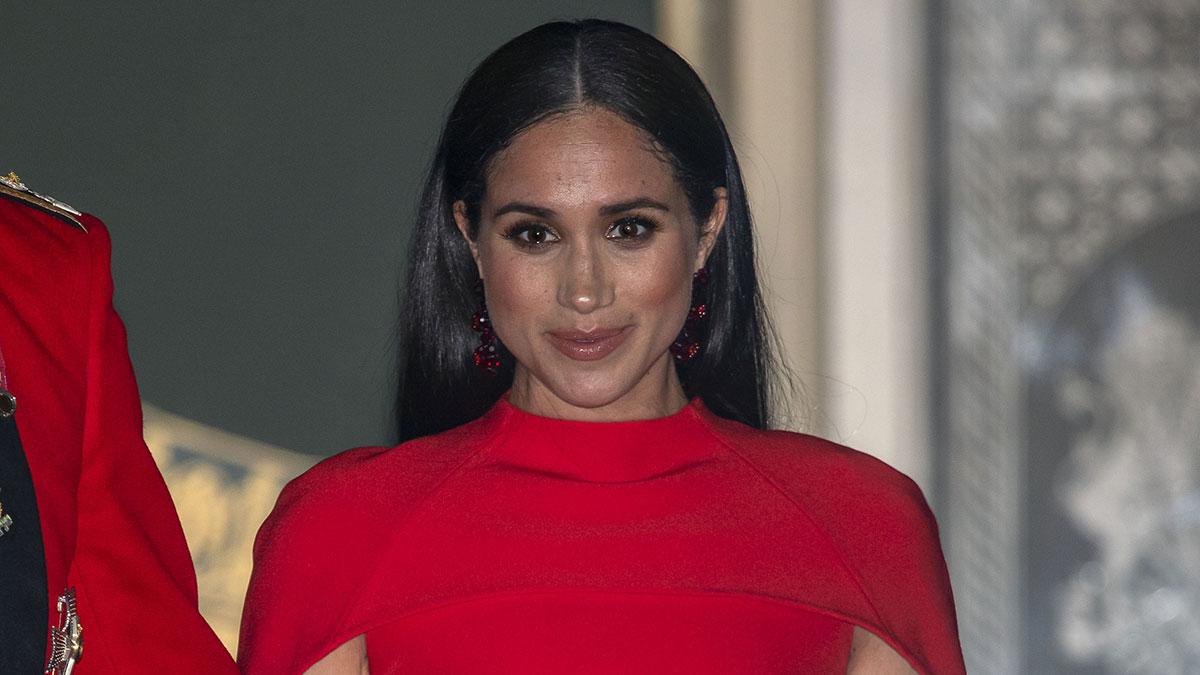 Meghan Markle de vestido vermelho e cabelo solto