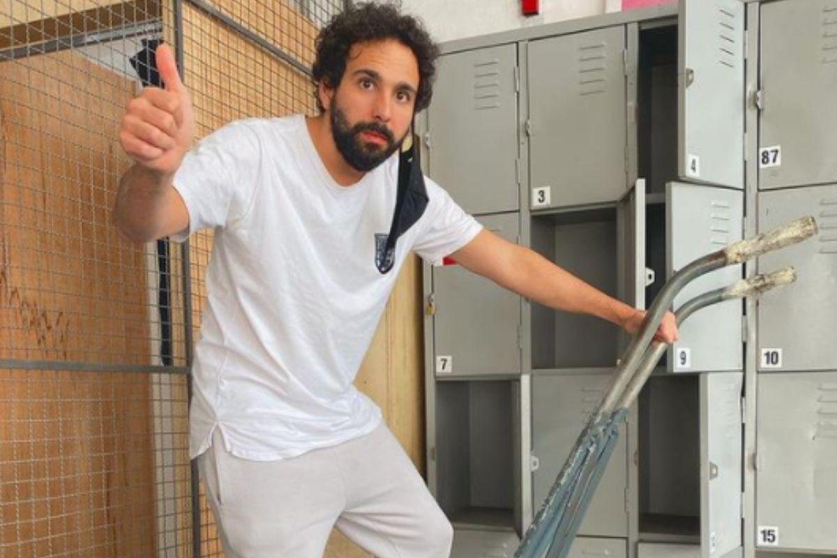 Murilo Couto subindo uma escada e acenando