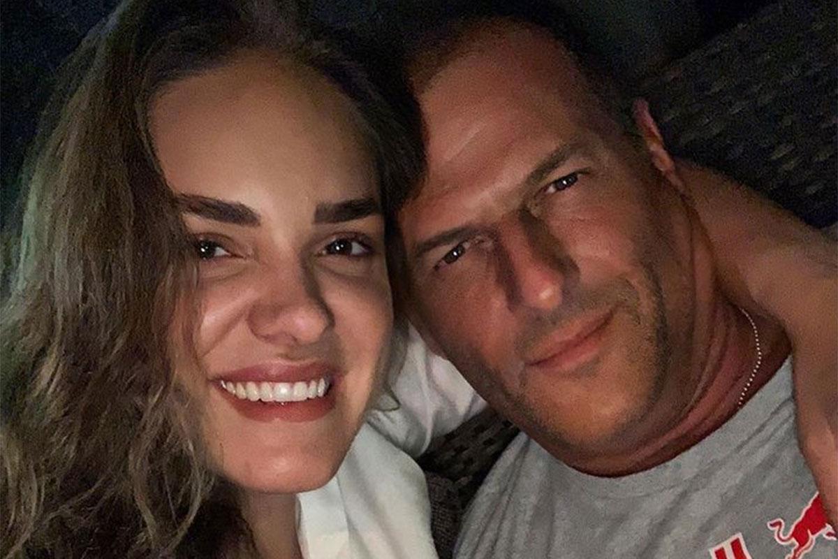 Nayara Vit abraçada com o namorado, Rodrigo