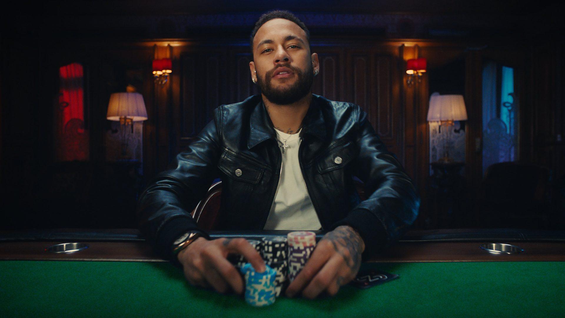 Neymar com fichas de poker na mão