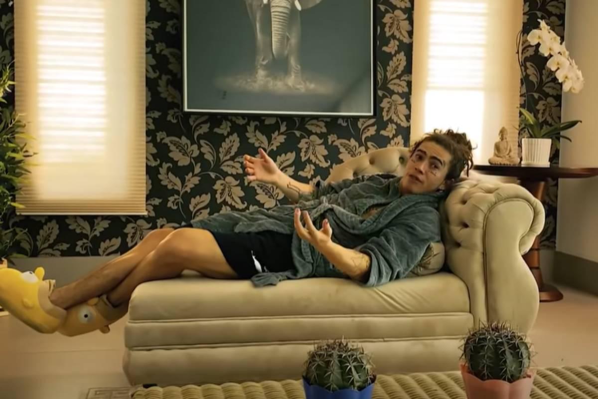 whindersson nunes deitado de roupão no sofá