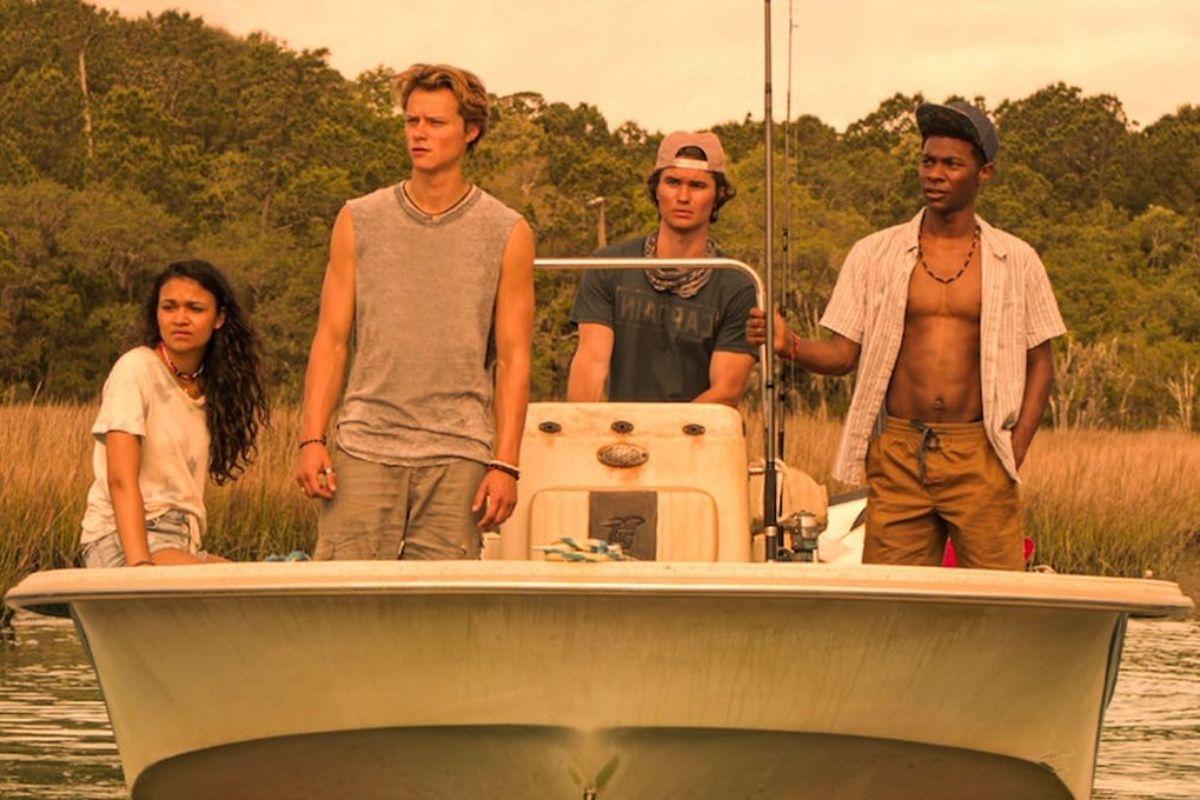 Cena dos personagens de Outer Banks em barco