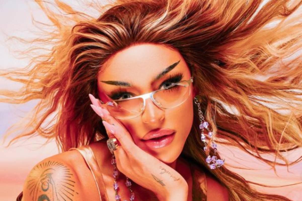 pabllo vittar em foto promocional de seu novo álbum com óculos e mão no rosto