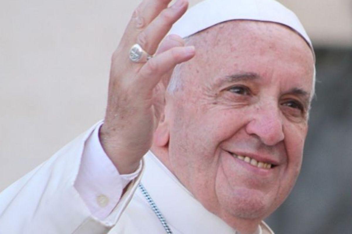 papa francisco acenando