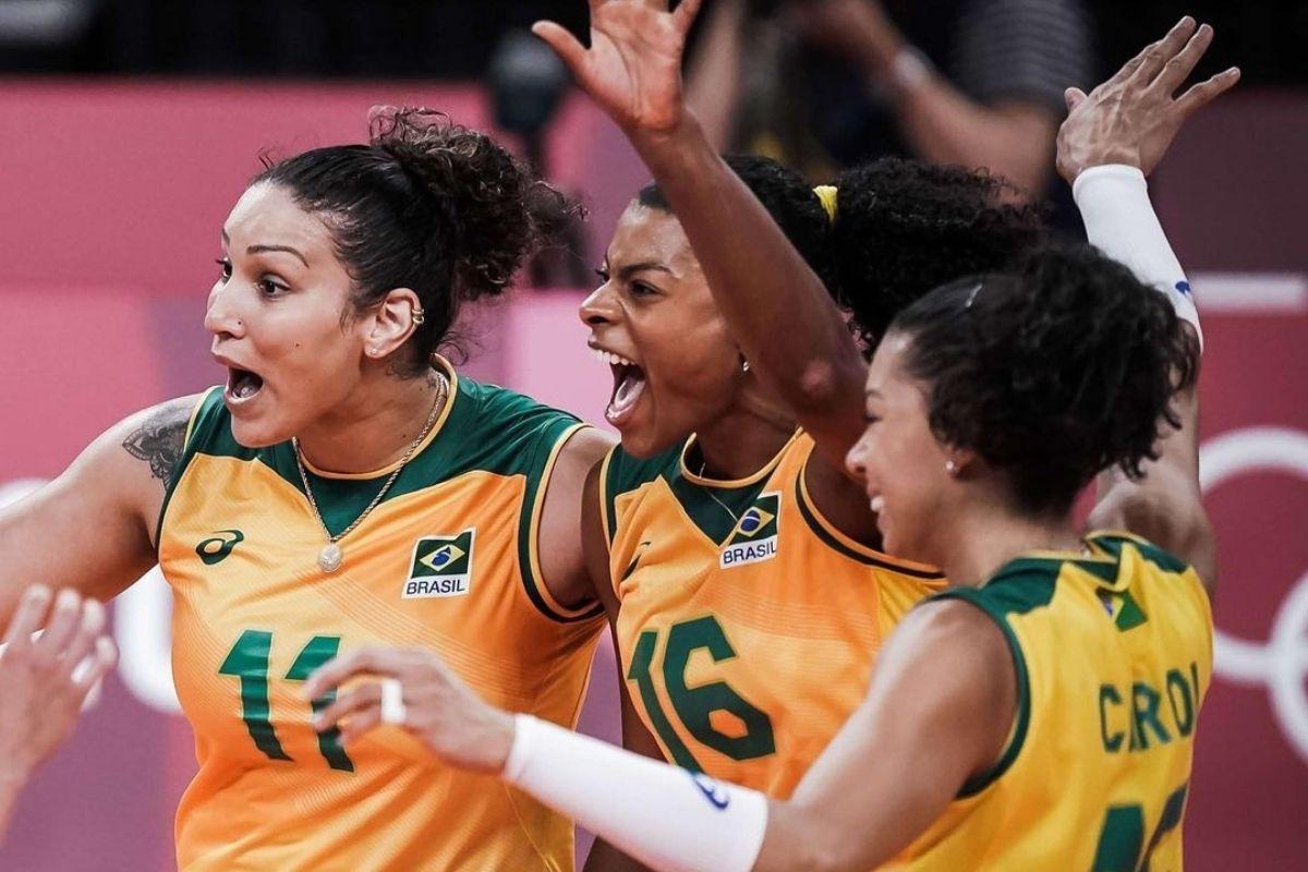 Meninas da seleção feminina de vôlei comemorando