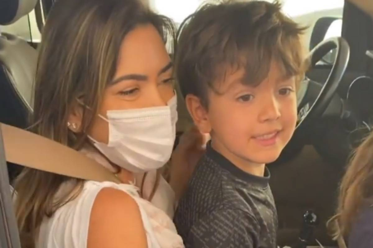 patrícia abravanel no carro e de máscara com o filho no colo sendo vacinada contra a covid-19