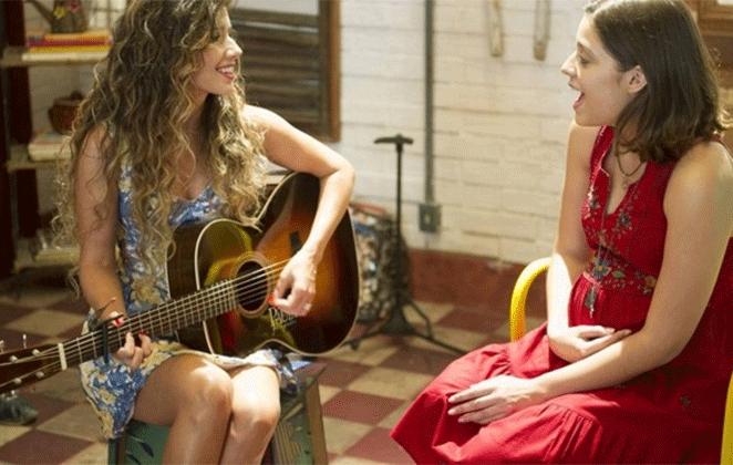 """Paula Fernandes tocando violão, em """"Malhação Sonhos"""""""