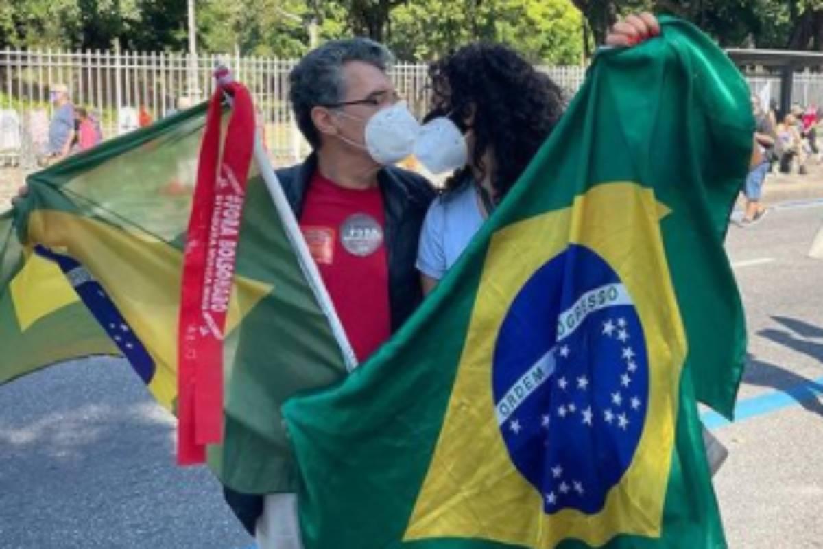 paulo betti e dadá coelho trocando carinhos em manifestação contra jair bolsonaro