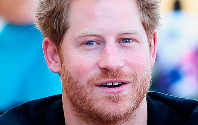 Príncipe Harry de barba, sorridente em retrato