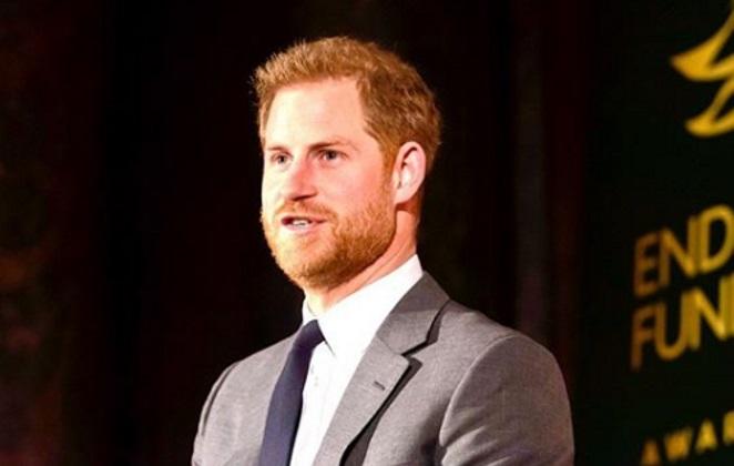 Príncipe Harry, de terno, falando em um evento