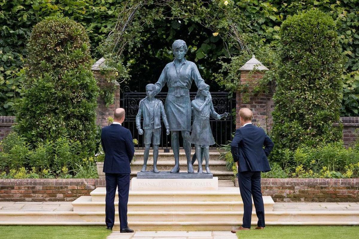Príncipe William e Príncipe Harry inauguram estátua de Lady Di