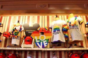 Produtos LGBTQA+ vendido nos parques da Disney