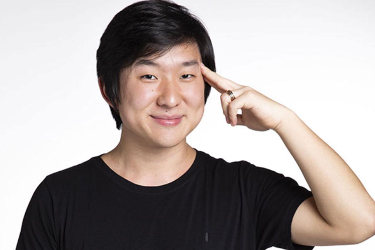 Pyong Lee coloca dedo indicador na testa