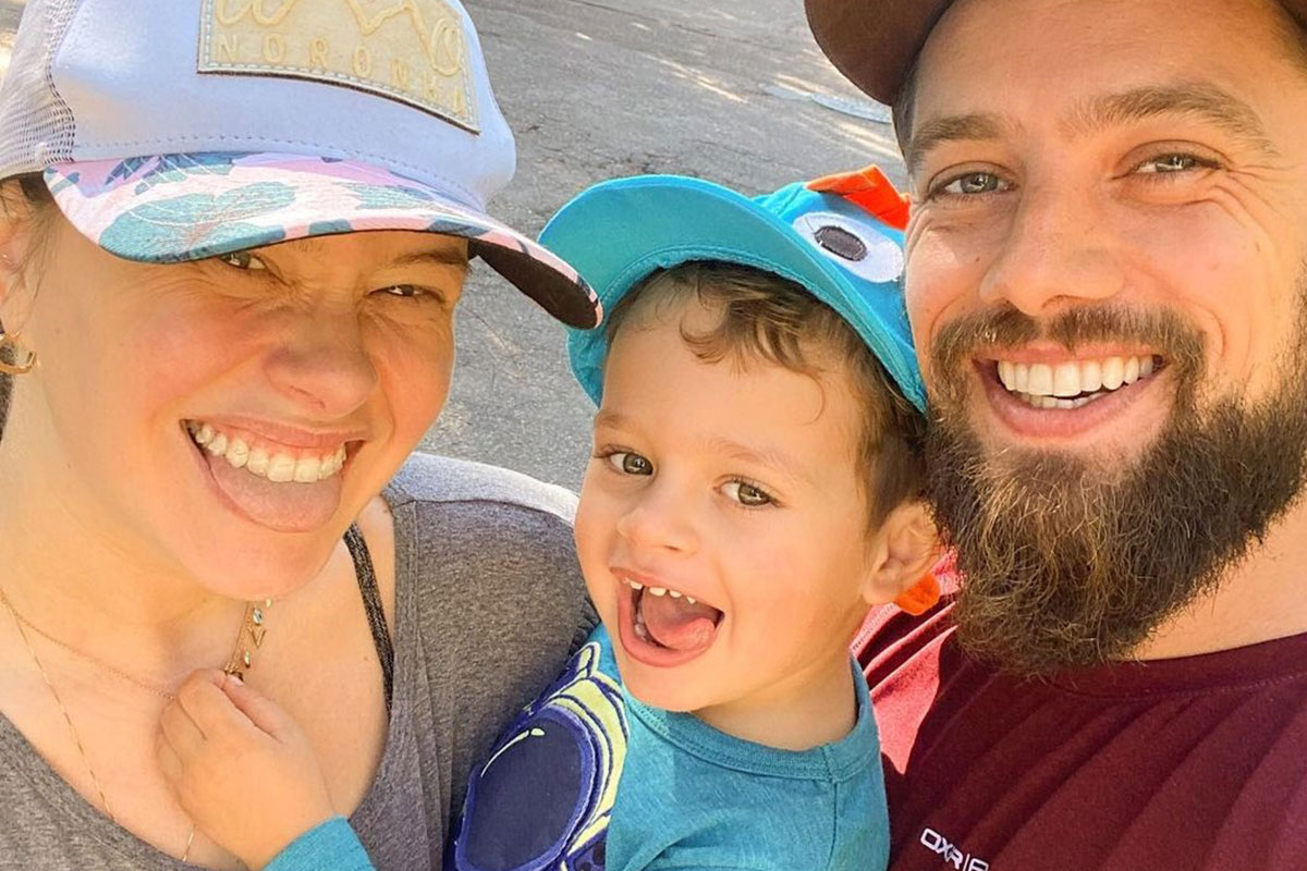 Rafael Cardoso com a esposa Mariana Bridi e o filho Valentim