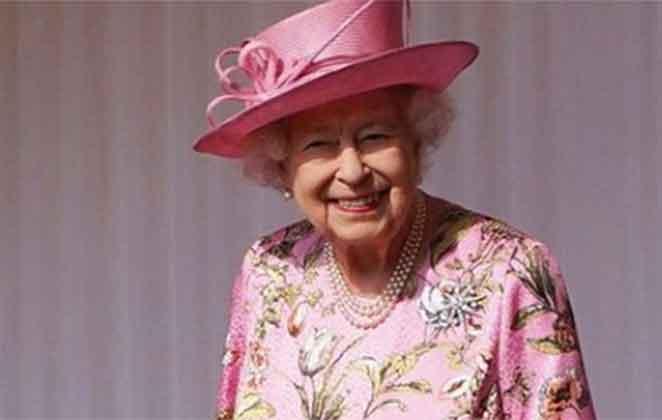 Rainha Elizabeth II combinando roupa e chapéu rosa