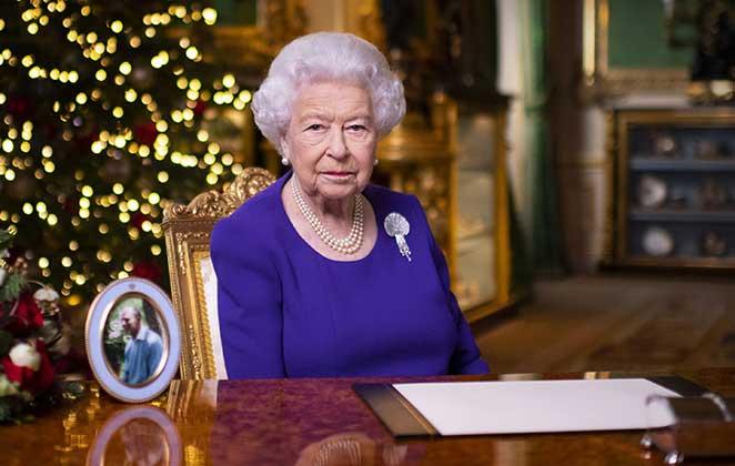 Rainha Elizabeth II, em seu escritório