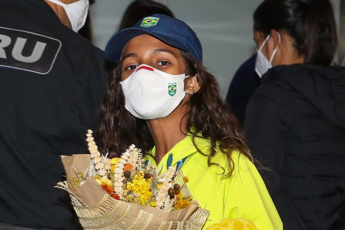 Rayssa Leal de máscara chegando a aeroporto brasileiro