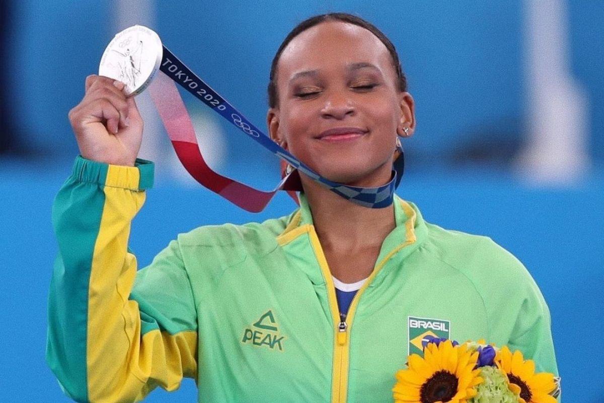 Rebeca Andrade com a medalha de prata