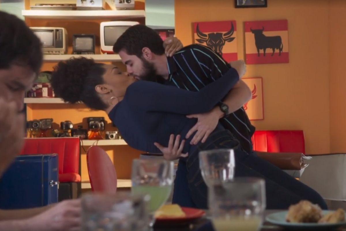 Renatinha e Catatau de beijam em Salve-se Quem Puder
