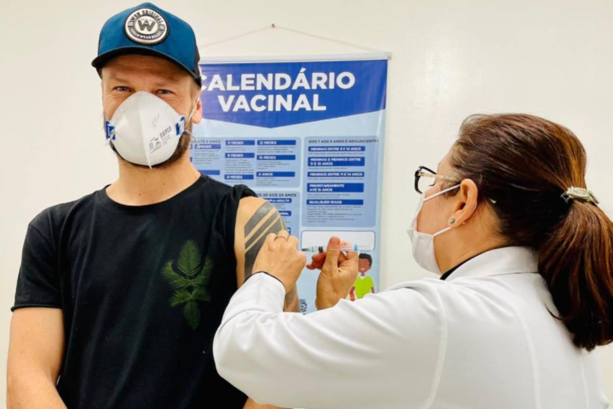 rodrigo hilbert sendo vacinado