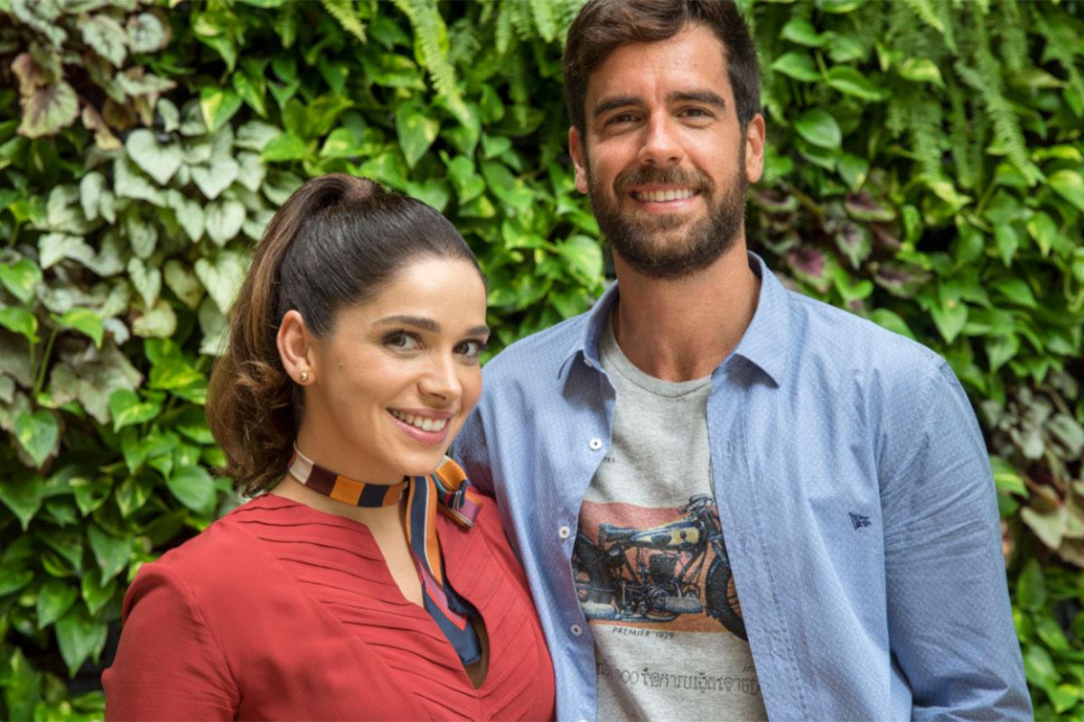 Sabrina Petraglia usa blusa vermelha ao lado de Marcos Pitombo
