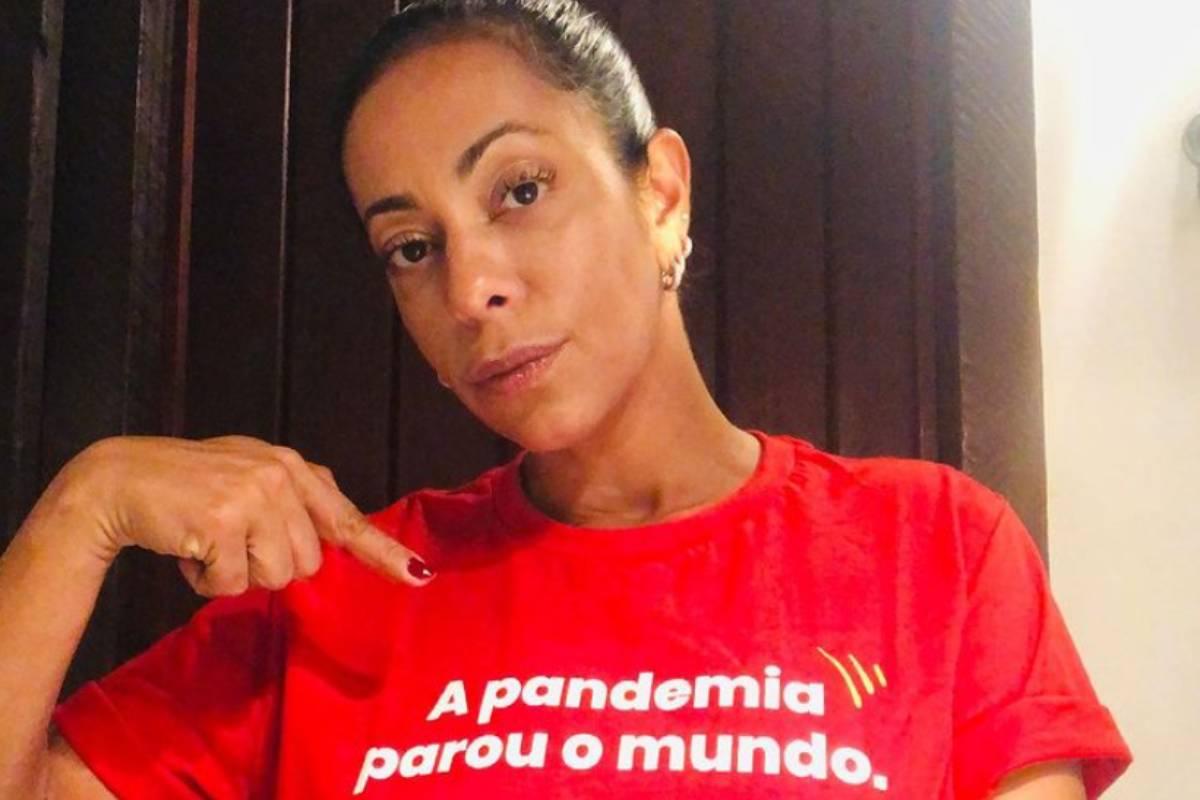 samantha-schmutz-com-camiseta-sobre-a-pandemia