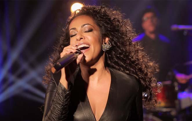 Samantha Schmütz cantando em palco