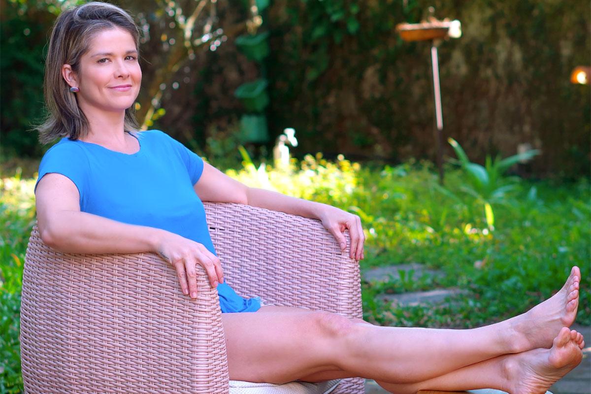 Samara Felippo estica as pernas no jardim