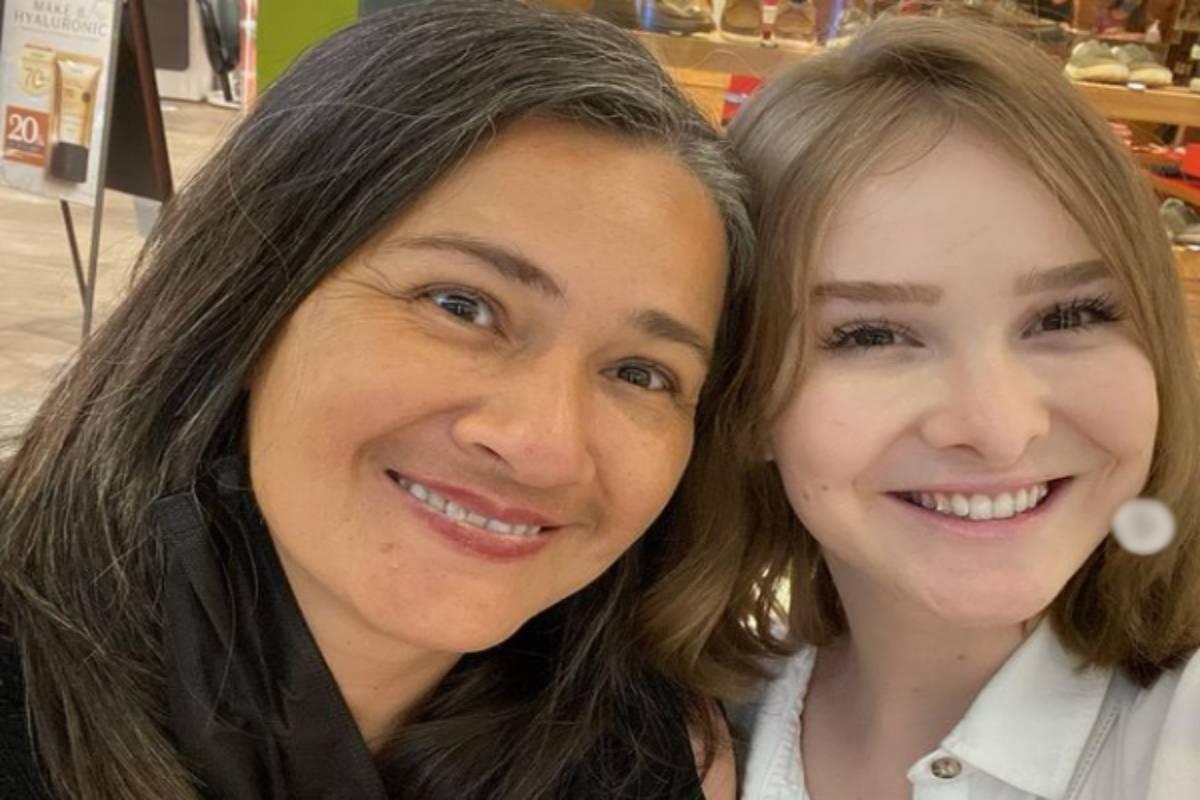 Sammy Lee ao lado da mãe sorrindo em foto