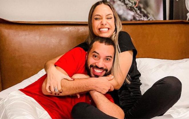Gilberto Nogueira e Sarah Andrade abraçados na cama