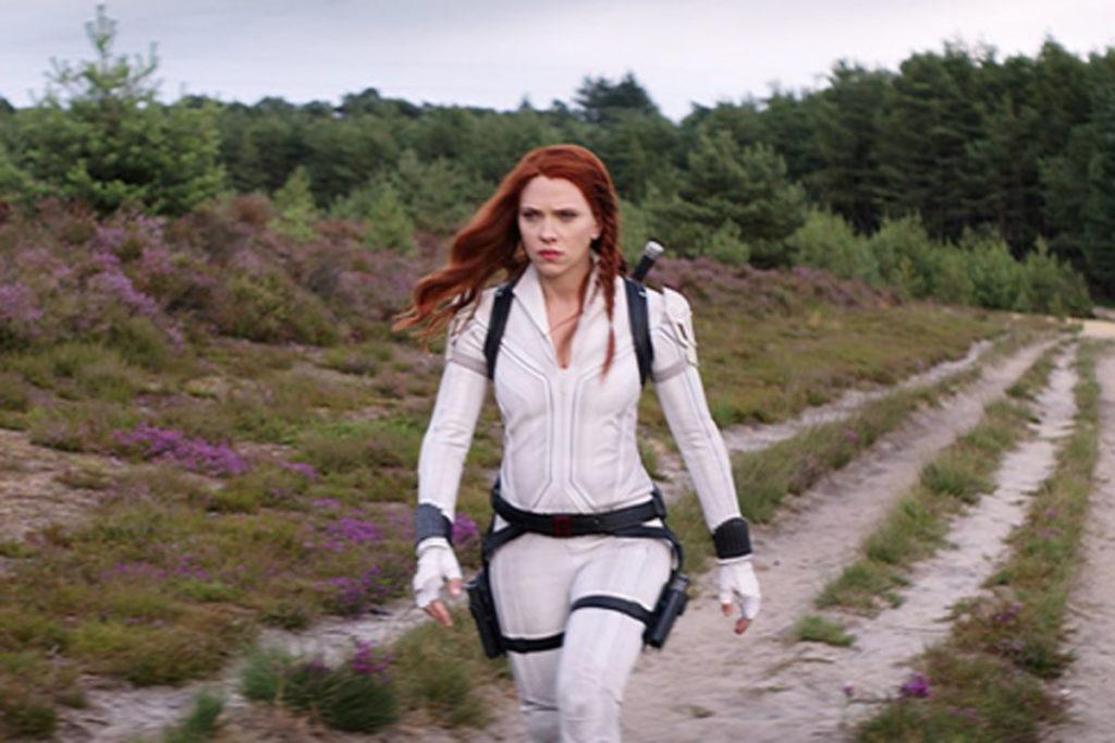 Foto de Scarlett Johansson no filme Viúva Negra, usando o uniforme branco