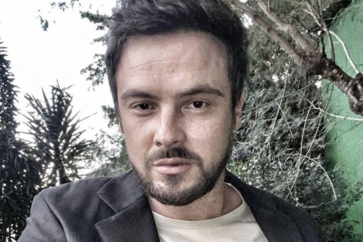 sérgio guizé em selfie com árvores atrás de si