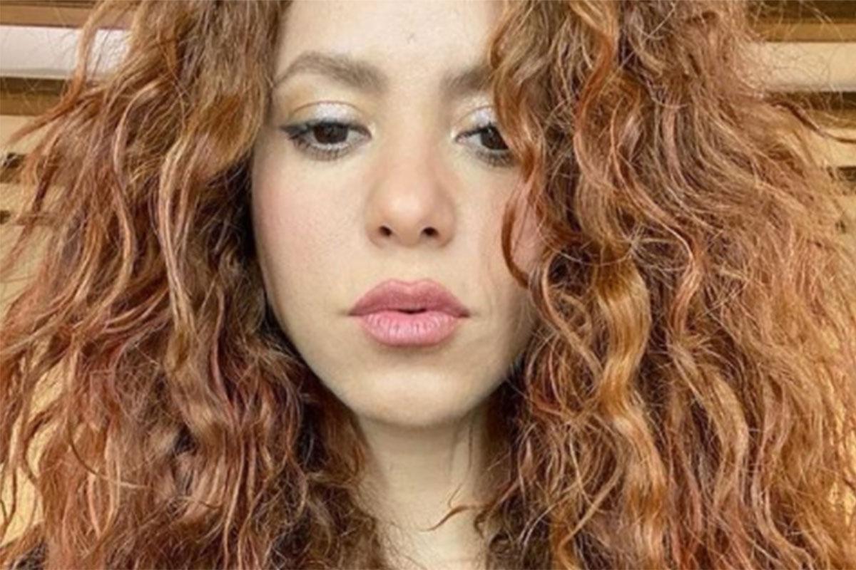 Shakira com maquiagem leve e cabelos soltos
