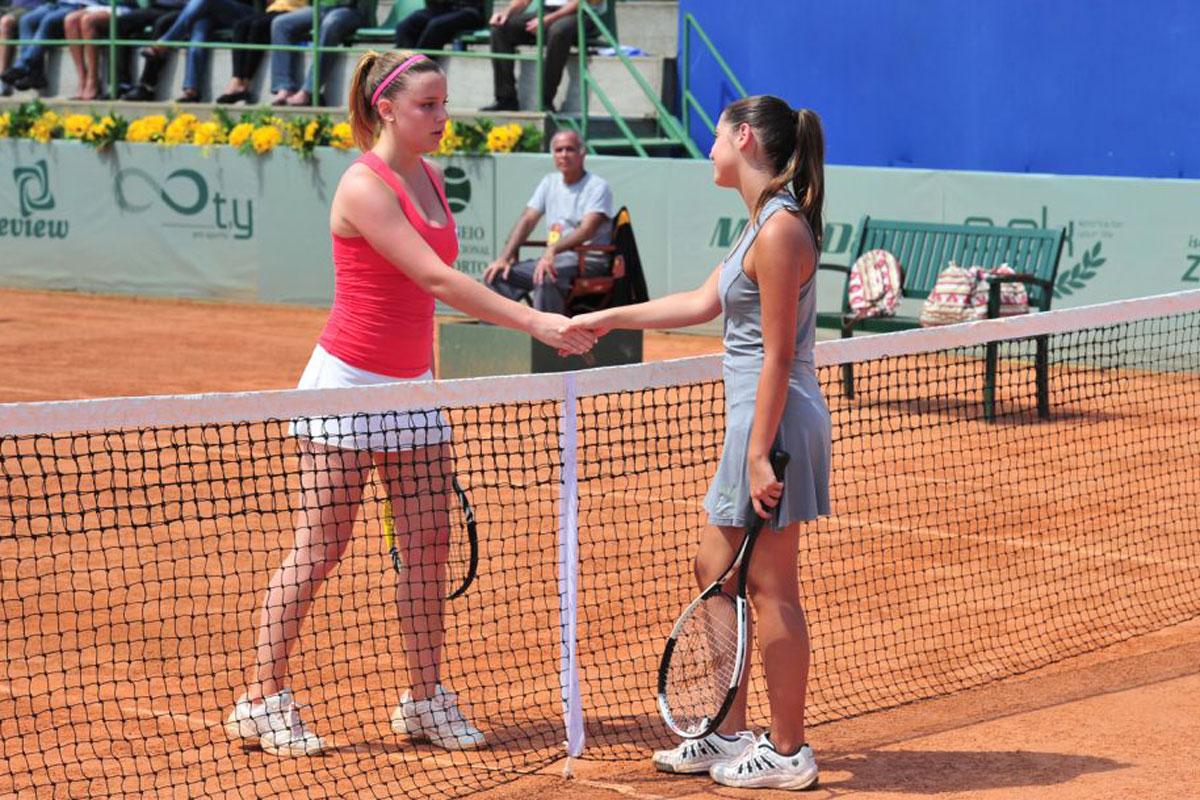 Foto de Sofia e Cecilia em jogo de tênis em A Vida da Gente