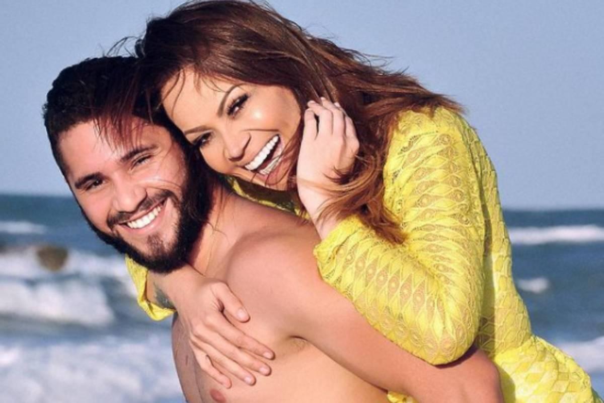 solange almeida abraçada com monilton moura na praia