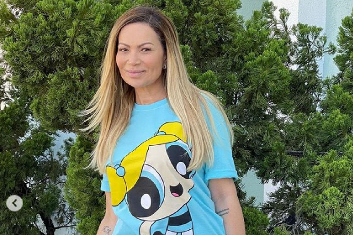 Foto de Solange Almeida sorrindo, usando uma camiseta com a estampa da personagem Lindinha