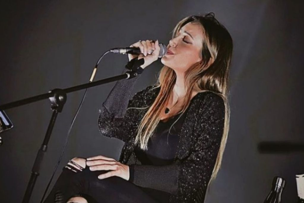 Tainá Galvão cantando em uma live