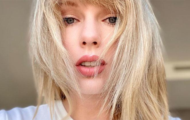 Taylor Swift com cabelos soltos, em close