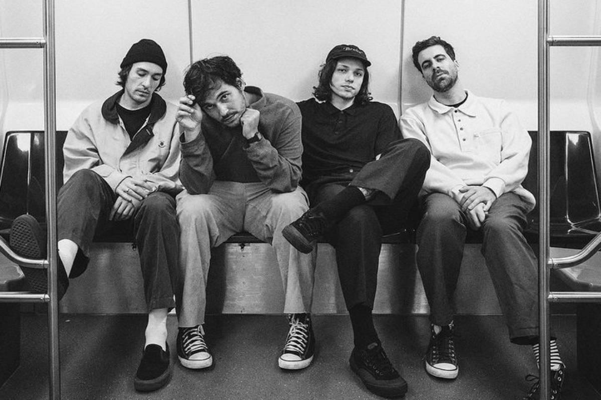 banda terno rei em foto preto e branca no metrô de são paulo