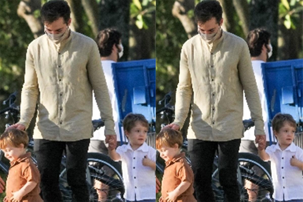 Thales Bretas segura na mão dos filhos