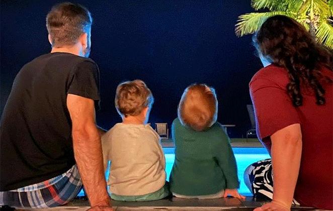 Thales Bretas com os filhos Gael e Romeu e a cunhada, Juliana Amaral, na beira da piscina