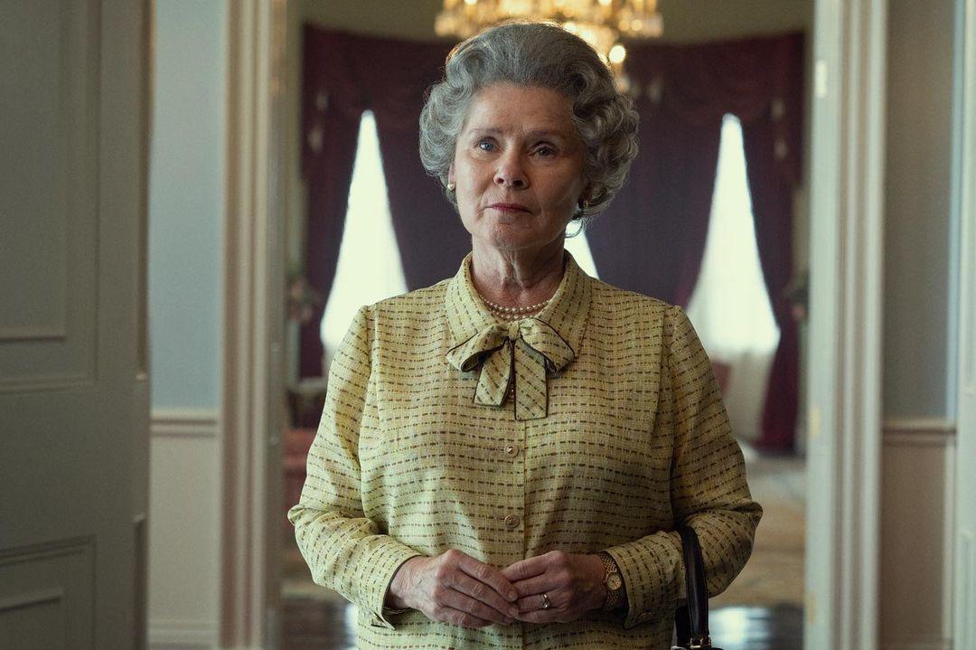 Imelda Staunton como Rainha Elizabeth II