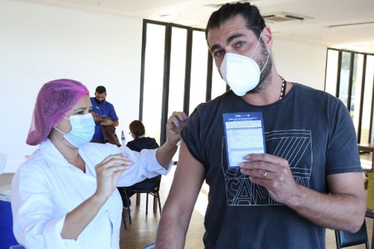 Thiago Lacerda se vacina contra a Covid-19