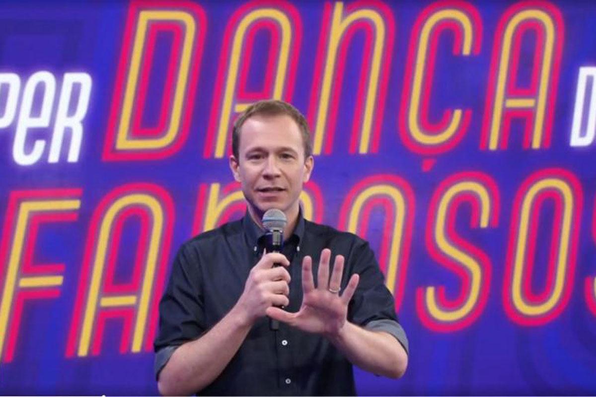 Retrato de Tiago Leifert no comando do Super Dança dos Famosos