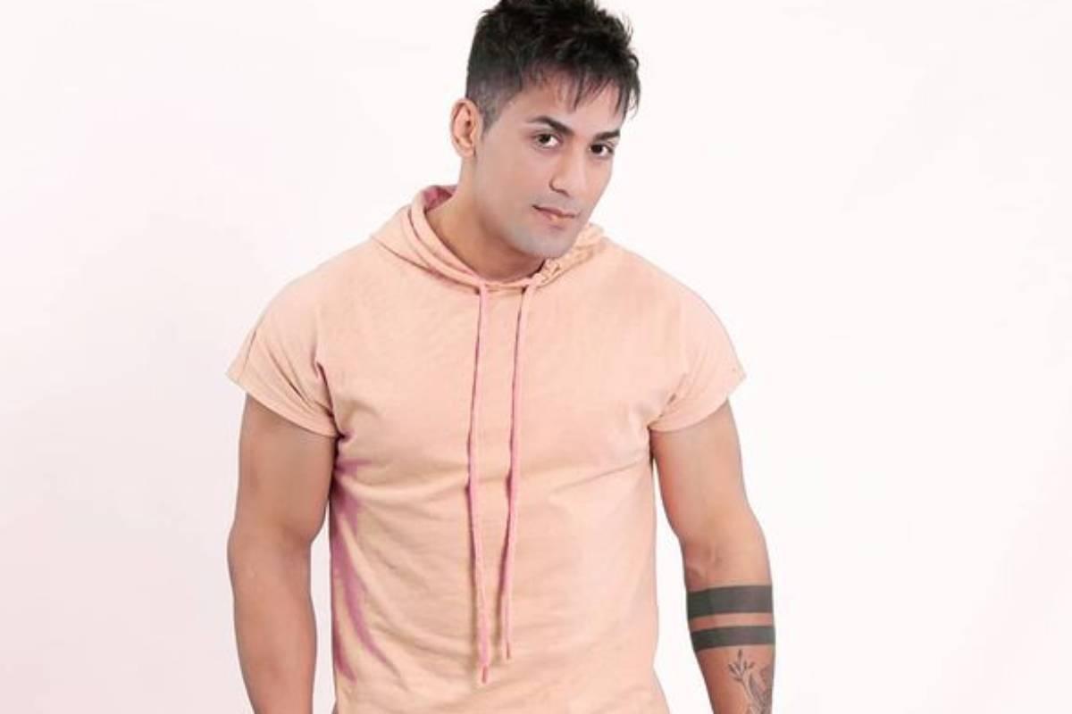 tiago silva com camisa rosa e fundo branco