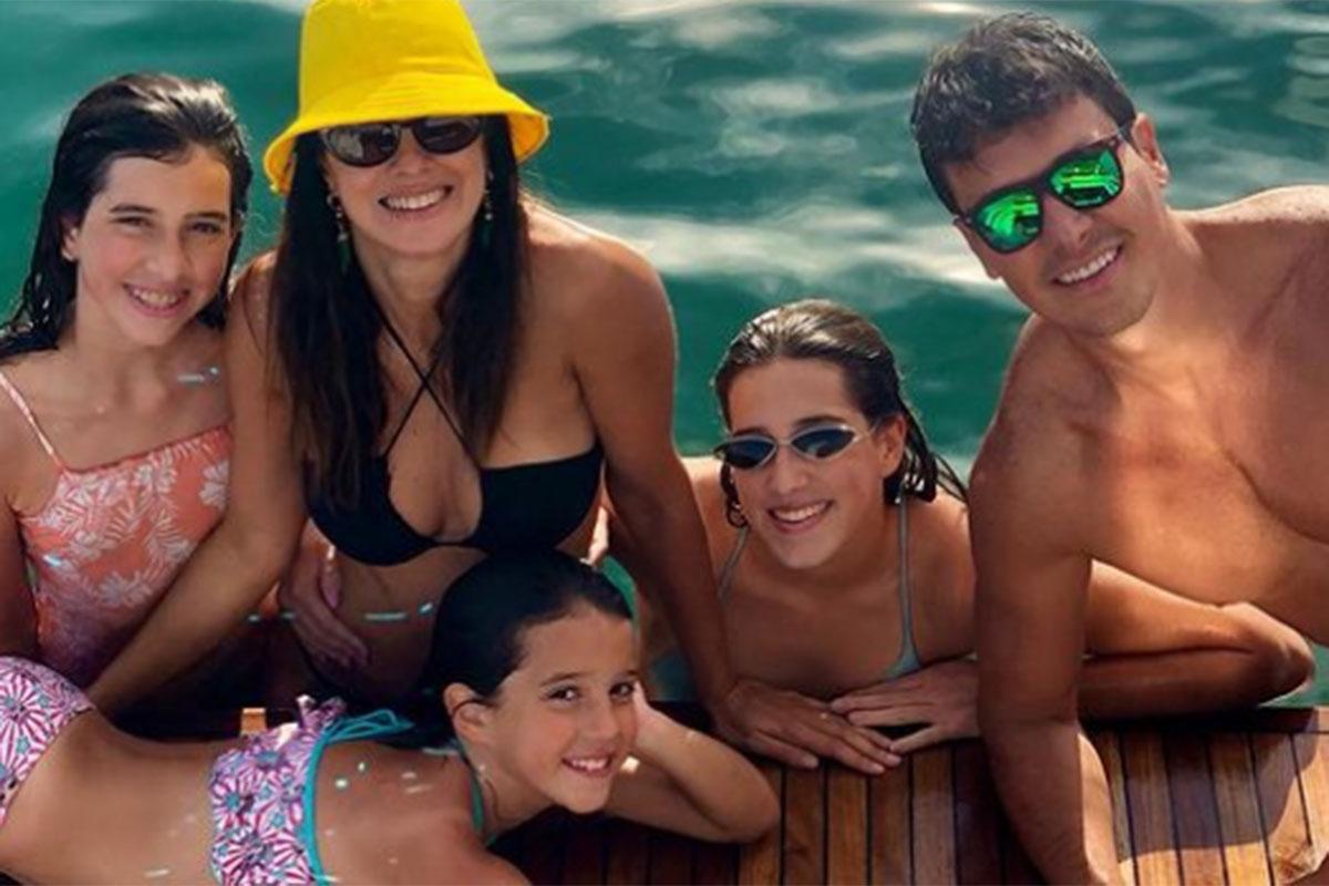 Vera Viel com Rodrigo Faro e as filhas do casal, à beira da piscina