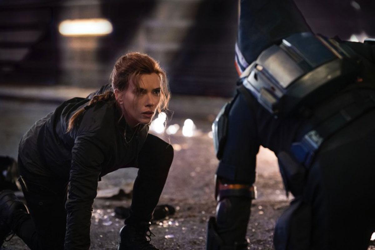 Cena do filme Viúva Negra com Scarlett Johansson