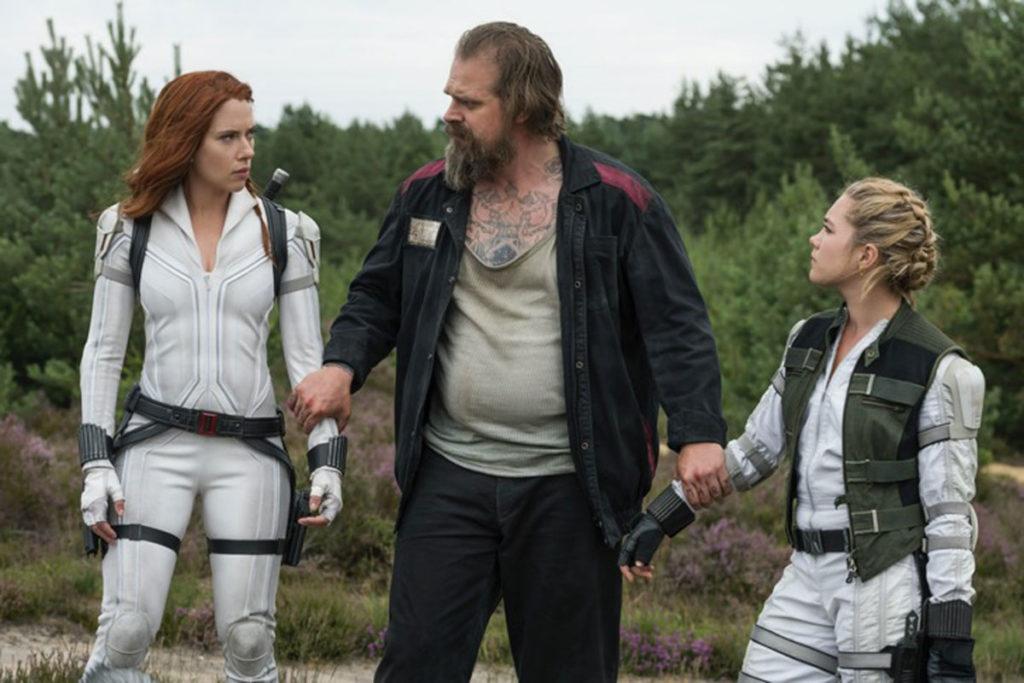 Scarlett Johansson, David Harbour e Florence Pugh em cena de Viúva Negra
