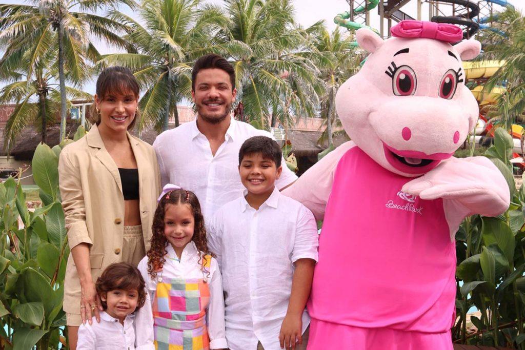 Wesley Safadão ao lado da família no aniversário da filha Ysis