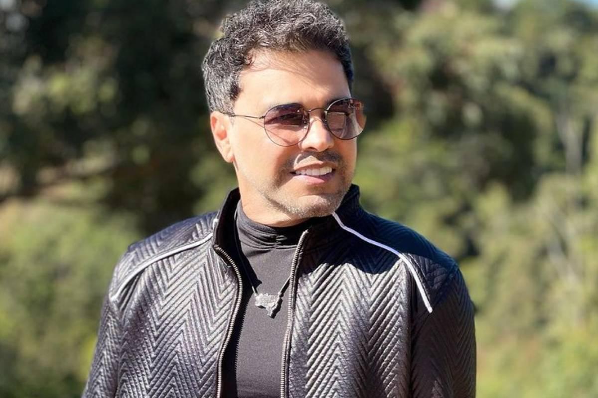 zezé di camargo com jaqueta preta e óculos escuros em foto no sol